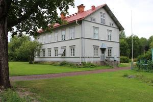 Storbonden Per Jonssons gamla gård påminner om de klassiska hälsingegårdarna.