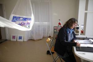 Marika Wahl-Lindberg förbereder lördagens vernissage på Härke konstcentrum på Frösön.
