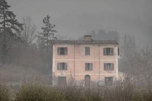 Rosa huset av Nino Monastra, och många fler av hans bilder, visas på Fjällmuseet under hela sommaren. Den 18 juli är det officiell invigning men de flesta bilder kan ses redan nu.
