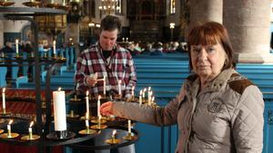 Kerstin Åkesson och Esbjörn tänder ljus för de drabbade i Stockholm.