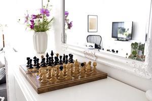 Schackspelet används flitigt av Johan Engström och sonen Jonathan och står alltid framme på skänken i vardagsrummet. Blommorna i den vita vasen har plockats i trädgården.