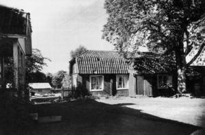 Kandidat nummer ett. Sågställarens gård, ungefär vid norra entrén till Valls Hage, 1906. Ej bevarad.