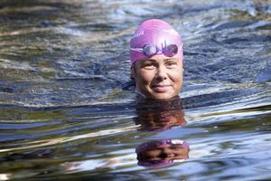 Ann Florén är en av arrangörerna. Här simmar hon vid Mackmyra bruk strax innan frukoststoppet.