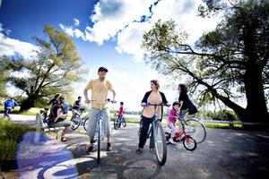 Hifaa Hsen tar med sig Florian Van kuijk genom byn till Kjellins väg innan hon vill prova på att cykla.