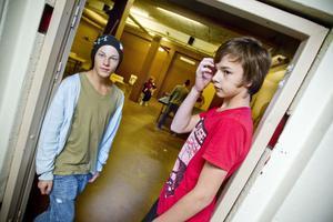 Niondeklassarna Oscar Lindholm och Anton Gustavsson vill ha en bättre skolmiljö. Som det är nu har de nästan ingenting att göra på rasterna.