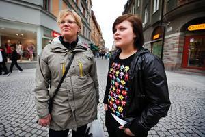 Karen Christensen och hennes 16-åriga dotter Tove håller med om att minderåriga inte borde få arbeta på ställen där man serverar alkohol, men de tycker inte att  Arbetsmiljöverkets förslag gynnar ungdomarna i övrigt.– Jag tycker inte alls att det är bra, man pratar hela tiden om att man vill få in ungdomar på arbetsmarknaden och med det här förslaget blir det ju precis tvärtom. Ju tidigare man börjar förstå vad det innebär att jobba och lär sig att handskas med sin egen ekonomi desto bättre, eller?Karen håller med:– Ju längre man väntar med att ta klivet ut i arbetslivet desto svårare blir det väl att vänja sig vid det. Det kanske även blir en ekonomisk skillnad för oss som är föräldrar, om man som ung har vant sig vid att ha en inkomst så är det nog svårt att gå tillbaka till att bara klara sig på studiebidrag.