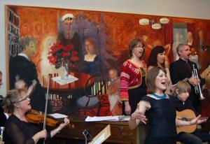 Sofia Sandén var den centrala rösten i aftonens finalnummer där alla artister med Krackel Kapell framförde en folklig nyårs hälsning.