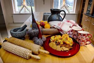 De fina kökshanddukarna är kära ägodelar. De är vävda av Åsas mormor Hulda och Åsa tar alltid fram dem till jul.