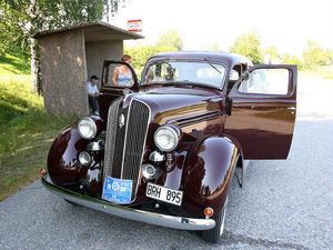 En Plymouth från 1936 som ägs av Sven Karlsson i Kilafors får vila vid en av kontrollerna.