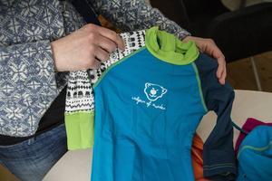 Solkskyddsdräkt för småbarn. Formgiven av Elin Olars.