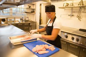 Tina Berg Dahlström skär kyckling till woken.