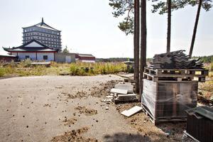 Arbetarbladet går en tur runt området bland blommande mjölkört och lastpallar. På baksidan av hotellet står en byggmaskin och rader av växthus med grönsaker och sallader till restaurangen. En byggnad är fylld med möbler i oordning och avstängda spelautomater.