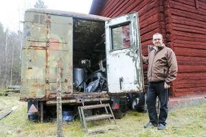 Carl-Eine Ström upptäckte att två män stod och plockade bland grejerna i boden på gården som ägs av familjen strax utanför Sveg. Samma bil som männen kom i hade setts i samband med tidigare stölder från fastigheten.