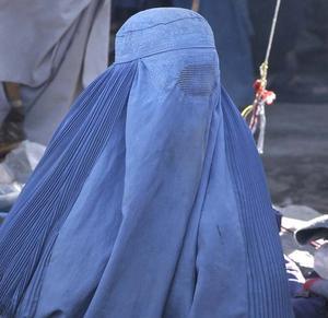 Burka består av en huvudduk där ansiktet är helt dolt.