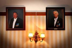 Normalt är en Frimurare ordförandemästare i sex år i en loge innan ordförandeklubban lämnas vidare. När de lämnat sin post får de en bild uppsatt i logen. Här är Christer Kylsberg och Johan F. Wijnbladh är avbildade hos Frimurarna i Östersund.