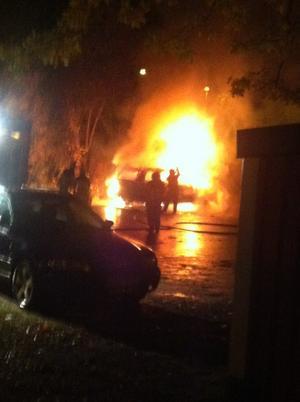 Sedan chauffören rånats sattes taxibilen i brand.