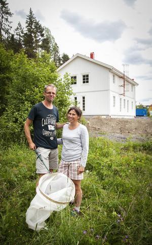 Lars-Olof och Maria Grund har gått runt på ängen och letat insekter och dagfjärilar mitt emot sin lägenhet. Nu har de byggt hus där och kan skapa sitt eget insektsparadis.