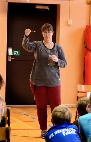 Lisa Roslund visar hur lite av allt vatten på jorden som är drickbart sötvatten.