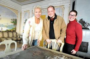 Cathrine Palmcrantz (till vänster) äger Renshammars fastighet. Nu får hon ägarna av Kilafors herrgårds nuvarande restaurangrörelse, Jörg Lehmann och Bitti Alvin Lehmann, som hyresgäster. De senare är bosatta i Flor, Mo.