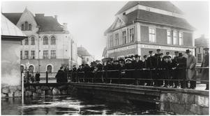 Avläsning av vattenståndet vid Falubron.