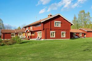 Ett unikt hem på en unik plats - så vill man gärna sammanfatta denna typiska Dalagård som lyckats förena känslan av lyx och genuin hemtrevnad.