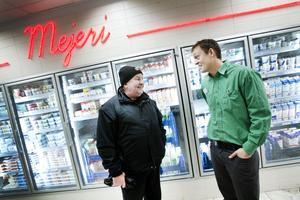Varför försöker ni konkurrera ut Gefleortens mejeriförening? säger Anders Sundqvist, Konsumkund sedan länge. Vi vill sälja båda sorterna, svarar butikschefen Dan Eklund
