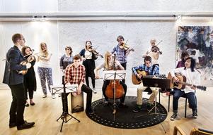 Spelmanslaget spelar traditionell folk- och världsmusik och de håller konserter runt om i länet.