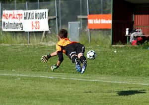 Flygande målvakt. Som fotograferande fotbollsmamma försöker jag fånga ögonblicken och det tycker jag att jag gjorde här när målvakten Jonathan i Barkarö SK P-00 deltog i Aroscupen.