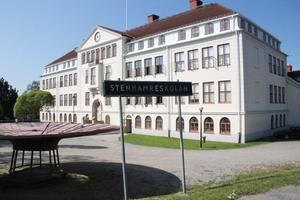 På Stenhamreskolan har betyg satts på ett sätt som strider mot skollagen, enligt en anmälan till Skolinspektionen.