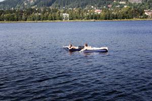 Max Ibanes och Sigur Åbakken återhämtar sig med lite bad.