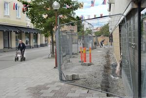 Under ombyggnaden av Lindexhuset, använder byggföretaget kommunal mark på Långgatan.