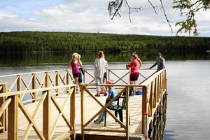 Det är en ordentlig fiskebrygga som lagts ut och fiskare kommer ut cirka tio meter över vattnet.
