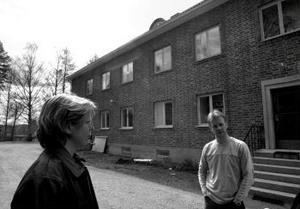Äntligen ser hyresgästföreningens ordförande Gunilla Boström och hyresgästen Ulf Gradin en ände på allt elände som de boende fått genomlida i Liden.