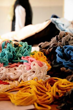 Trassligt. T-shirtarna kunde även klippas upp och tvinnas till ett garn att väva mormorslappar med.
