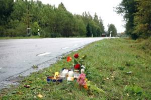 HÖGA HASTIGHETER. Tända ljus och blommor placerades på platsen dagen efter olyckan. Närboende menar att fordon kör fort längs vägen.