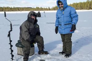 – Det nappar dåligt, konstaterar Jenny Persson och Uno Stenvall som åkt från Sveg för att tävla i Målingspimpeln.