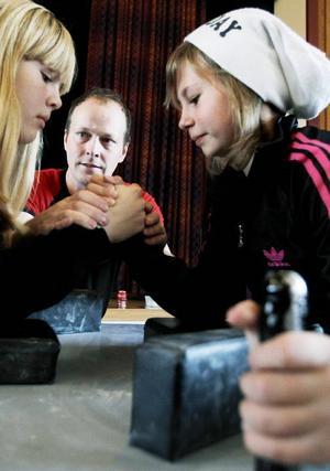 Frida Eriksson och Moa Waldemarsson i årskurs 6 gjorde upp i första omgången. Marcus Ärlebrandt, ordförande i Jämtlands armsport, var huvuddomare.