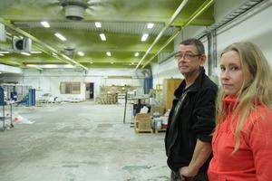 Christer Gladh och Karoline Åhlström går fortfarande till den tomma arbetsplatsen varje dag, samtidigt som de söker nytt jobb.
