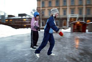 2004 hade Julia Svanberg-Mellberg och Ida Åberg snörat på sig skridskorna för att prova Rådhustorgets isbana.