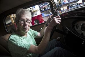 Festföremålet. Solveig Eriksson i Nykvarn fyller 70 år. Hon trivs som bäst bakom ratten i en veteranbil, här en Hot rod, Ford 1931.