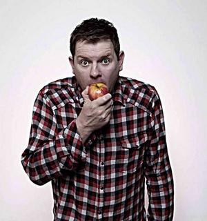 Komikern Al Pitcher talar allvar om berättarkonst, i Gävle-podcasten Storytalk.