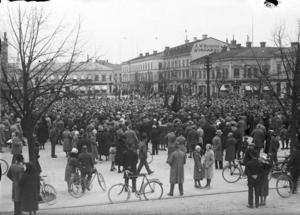 Politiska smöten och manifestationer har varit självklara inslag på Stortorget. Det här är ett stormöte som det socialdemokratiska partidistriktet arrangerade omkring1935. Fotografen sotd ungefär vid det vi i dag känner som filmstaden.