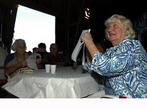 Amerikafrämmande i Smedby. Ingrid Bergström bor egentligen i Chicago, men varje sommar kommer hon hem till Smedby och hälsar på sin syster Signe Larsson till vänster i bild. Foto:Staffan Alberts