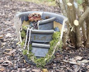 Ofta utgår man från en trasig kruka där man bygger upp sin lilla värld i älvträdgården.