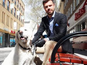 – Under förutsättning att hunden är lydig, väluppfostrad och ligger på golvet och inte skäller ska hunden kunna få komma med på restaurangen, menar Johan Olsson med sin bäste vän Freddie som han gärna vill ta med på krogen.