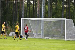 Stugsunds kvitterar till 1–1 efter att Mikael Vestins inlägg gått direkt in i mål.