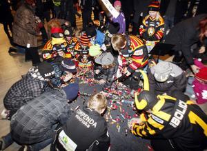 På tredje försöket gick pinjatan sönder och godiset ramlade ut, till glädje för barnen i Läkerol arena.