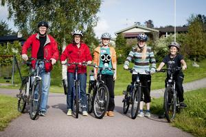 David Shearer och Ragnhild Svens, här med barnen Ellen, 13 år, Lisa, 16 år, och Henry, 10 år, tycker cykeln är ett praktiskt transportmedel och ger bra motion.