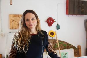 Lotta Boholm Wall trivs hemma i sin verkstad där hon skapar och skulpterar med motorsågar.