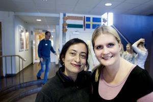Bharati Kudchadkar och Pernilla Englund Johansson utbyter erfarenheter från sina skolor.Foto: Catharina Hugosson